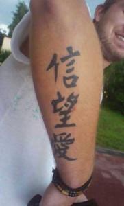 Tatuaż z chińskimi znakami